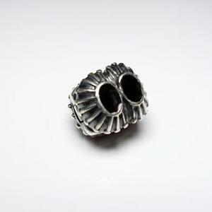 Clip Pandora de plata y piedra negra.
